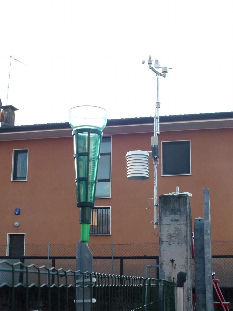 La stazione release 2.0 accanto al pluviometro manuale
